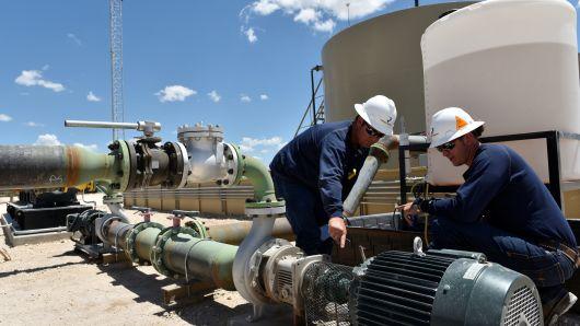 Цены на нефть находятся под давлением роста запасов топлива в США