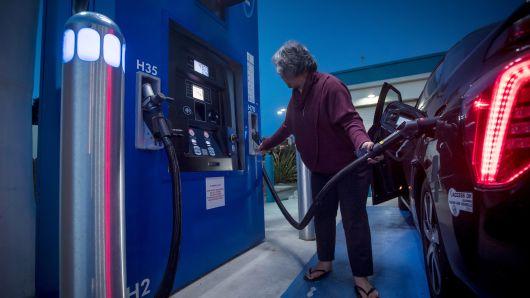 Покупатель заправляет автомобиль водородом на заправочной станции TrueZero в Милл-Вэлли, штат Калифорния. Государство тратит более 2,5 миллиардов долларов на фонды экологически чистой энергии, чтобы ускорить продажи автомобилей на водороде и аккумуляторах. Это включает в себя 900 миллионов долларов, предназначенных для строительства 200 водородных станций и 250 000 зарядных станций к 2025 году.