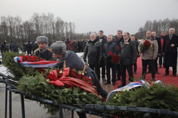 Венок к мемориалу на Пискаревском кладбище возложил Михаил Романов