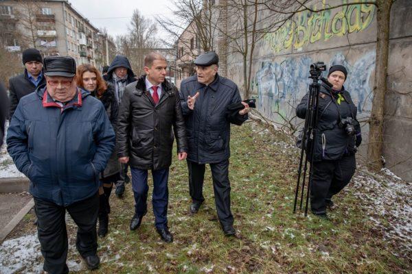 Михаил Романов осмотрел несколько проблемных объектов поселка Понтонный