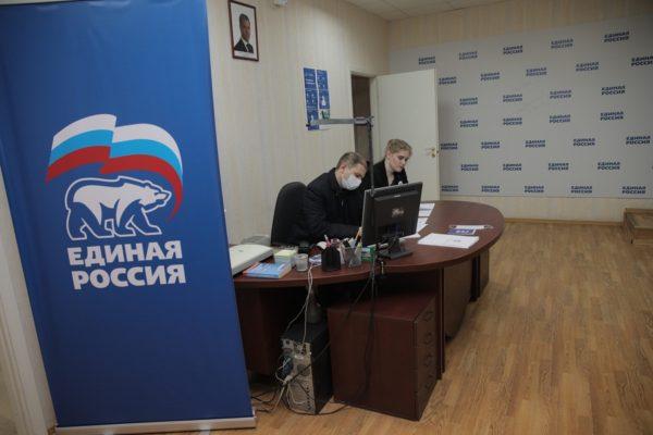 Жителям Петербурга в волонтерском центре «Единой России» дал консультации Михаил Романов
