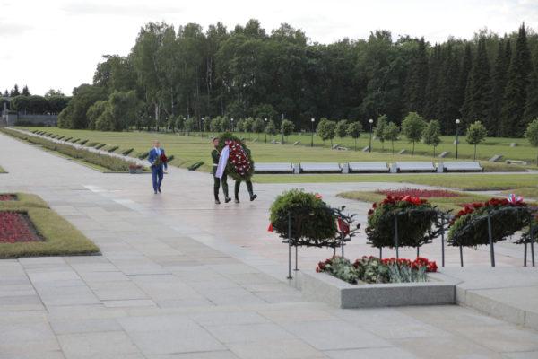 Михаил Романов возложил цветы к монументу «Мать-Родина» на Пискаревском кладбище