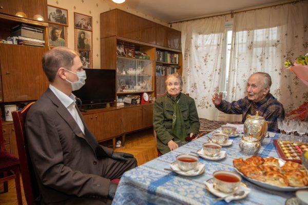 Михаил Романов посетил старейшую семейную пару Фрунзенского района