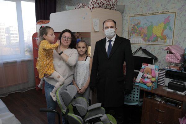 Михаил Романов вручил многодетной семье из Колпинского района многофункциональное инвалидное кресло